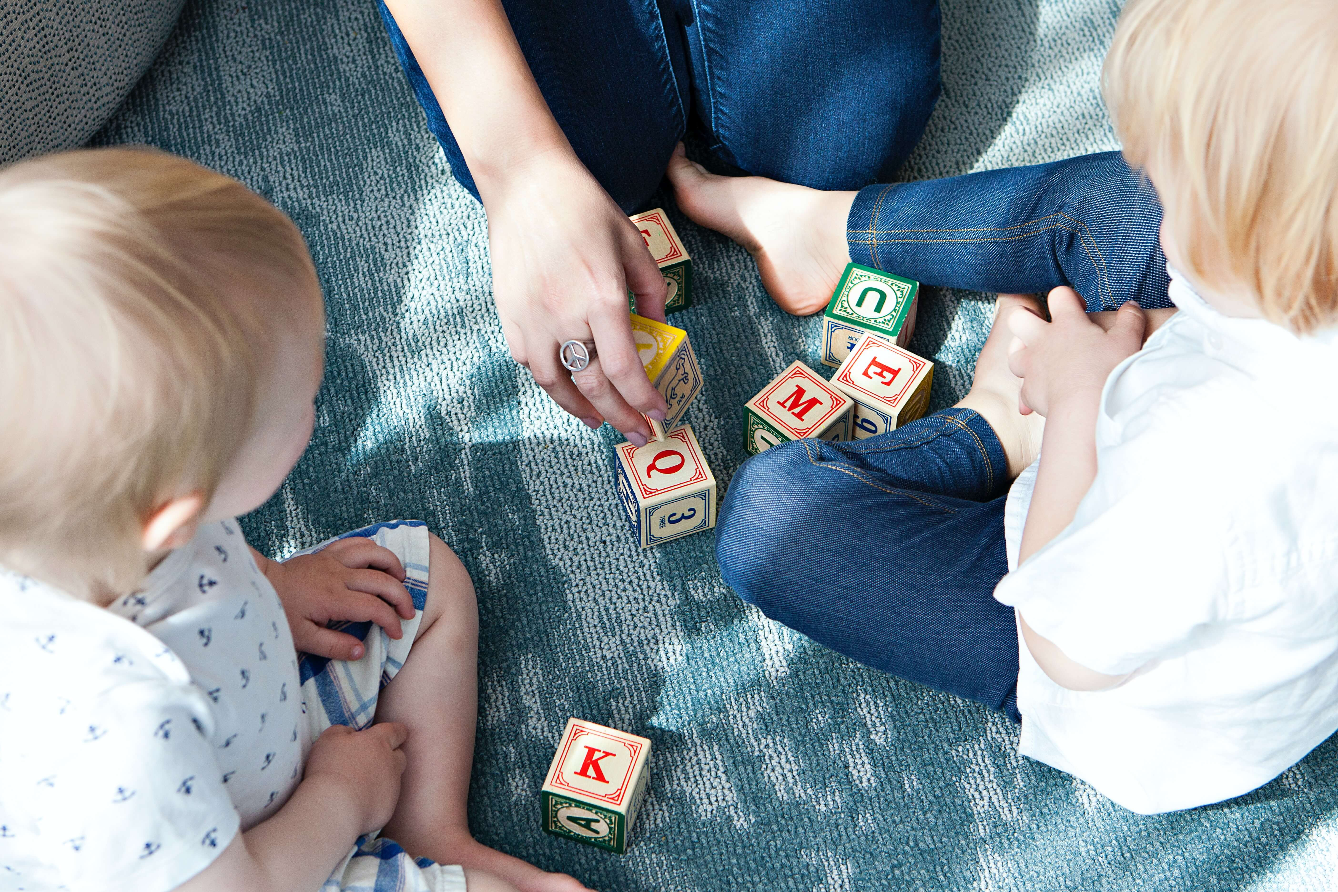 Kids and parent playing with blocks head start family engagement learning genie